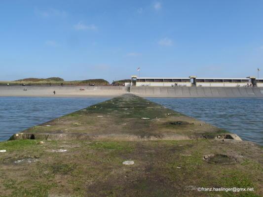 Die Wandelbahn mit der Strandschutzmauer