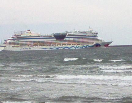 Kreuzfahrtschiffe in Sichtweite vom Biergarten