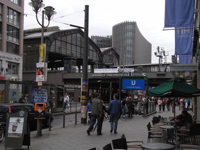 Am Bahnhof Friedrichstraße in Berlin