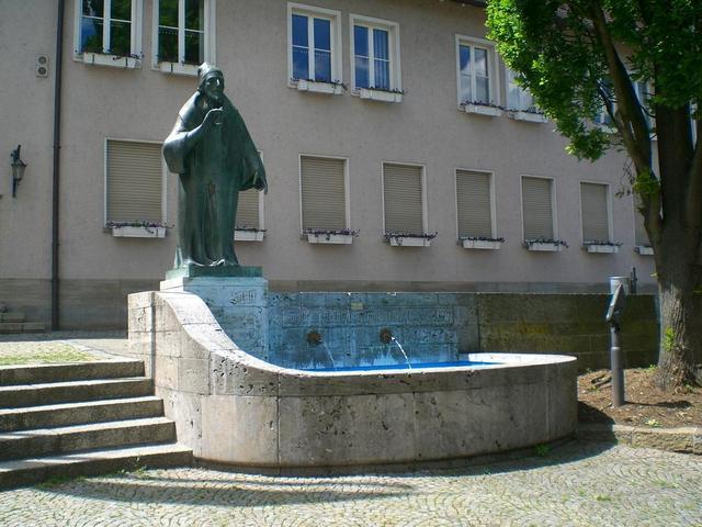 Brunnen und Faust-Figur