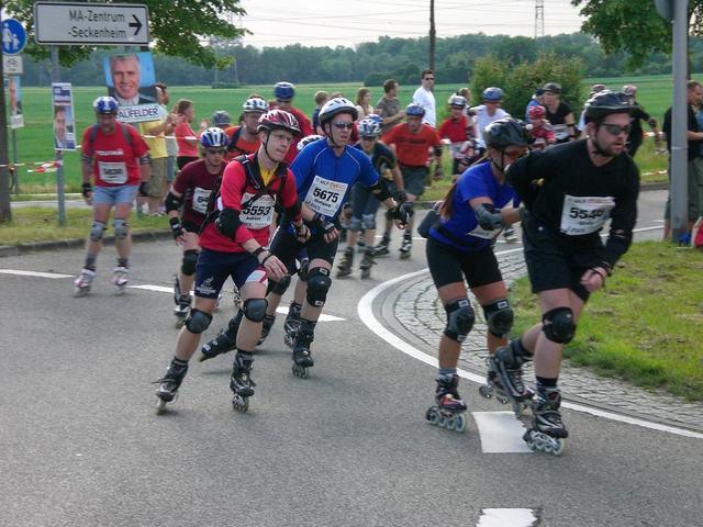 Inlinskater beim großen Mannheim-Marathon am Kloppenheimer Kreisel in Seckenheim