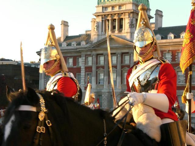 Wachen in schmucken Uniformen vor Buckingham Palace