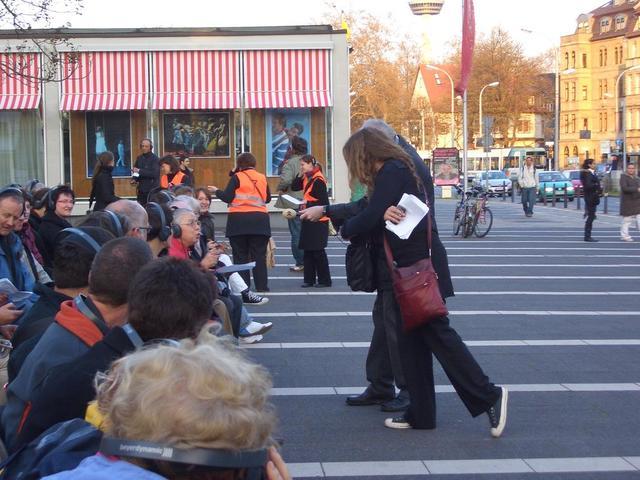 """Warten auf """"Müller fährt"""", ein Mitfahrtheaterstück in der Straßenbahn"""
