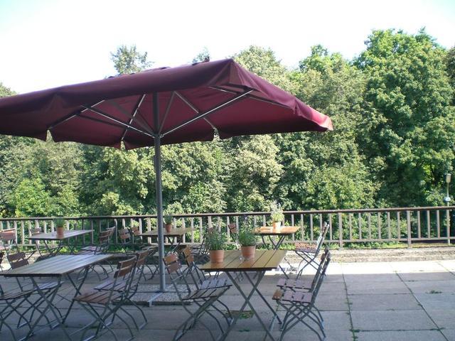 Blick in den Englischen Garten von der Terrasse der Goldenen Bar