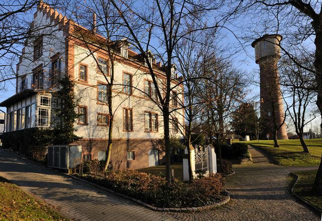 Carl Benz Haus mit Wasserturm