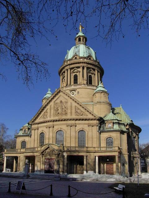 Frontansicht der Christuskirche