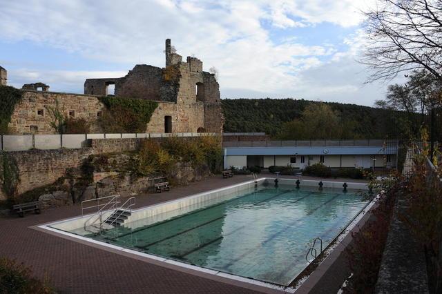 Öffentliches Schwimmbad auf der Burg Altleiningen
