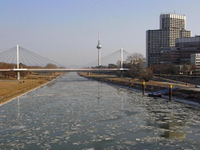 Der Neckar friert zu