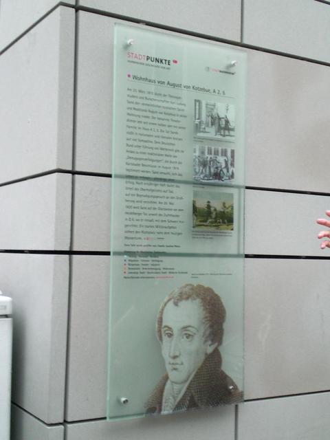 Die Gedenktafel am Ort des ehemaligen Wohnhauses des Dichters Kotzebue