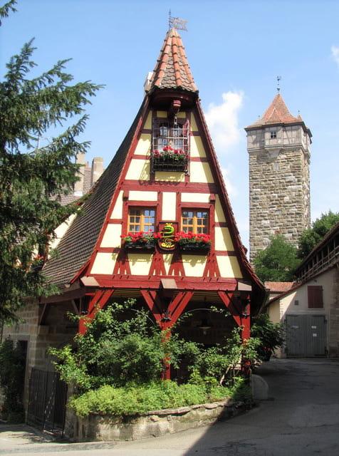 Die Gerlachschmiede an der Röderschütt mit dem Turm der Röderbastei.