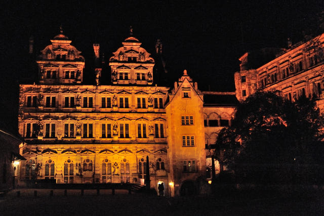 Innenhof des Heidelberger Schlosses bei Nacht