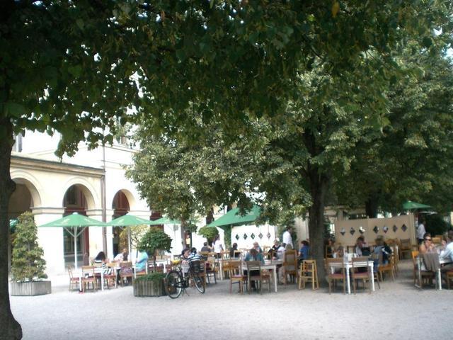 Der große Biergarten von Luigi Tambosi am Hofgarten