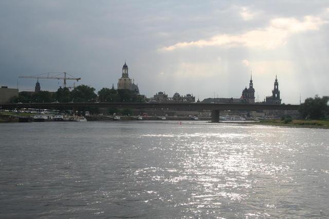 Blick von einem Elbschiff auf die Stadt