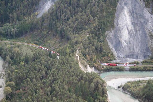 Blick auf die Rheinschlucht mit Glacier-Express