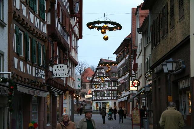 Fußgängerzone in der Vorweihnachtszeit
