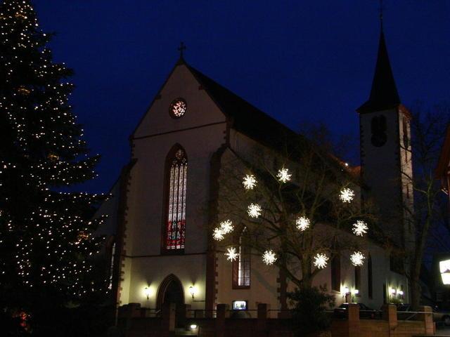 Kirche mit geschmückten Bäumen