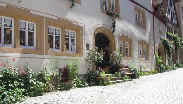Die Kirchgasse mit dem schönen Bewuchs an den Häusern