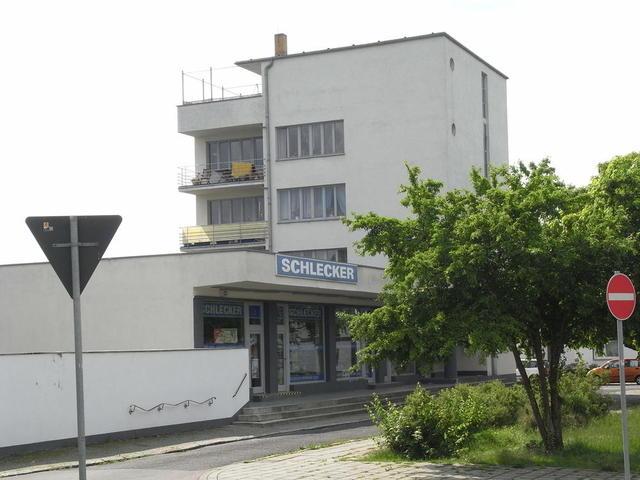 Das Konsum-Gebäude in der Siedlung Törten, Dessau