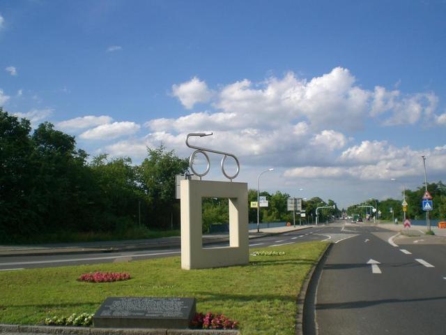 Drais-Denkmal auf dem Karlsplatz auf der Rheinau in Mannheim