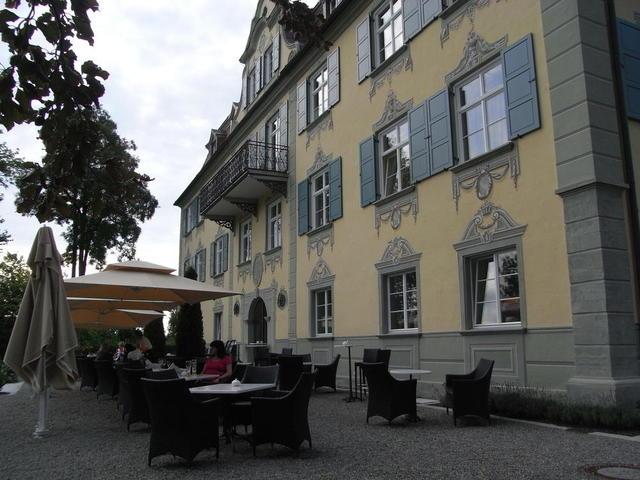 Die Sonnenterrasse beim Schloss Neutrauchburg