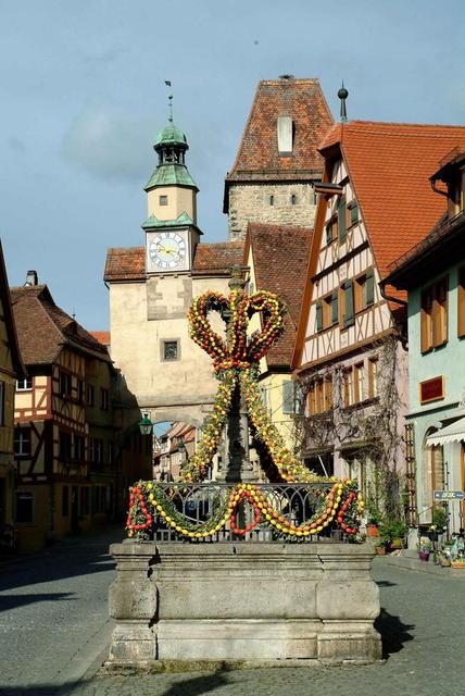 Der Osterbrunnen und der Markusturm in Rothenburg ob der Tauber
