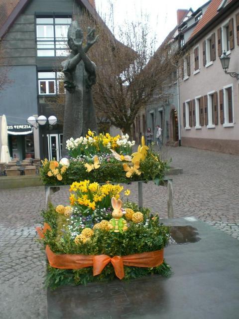 Österlicher Schmuck vorm Rathaus in Ladenburg