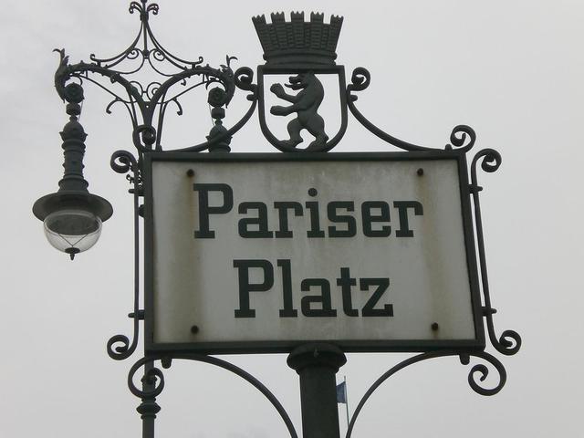Nostalgisches Schild am Pariser Platz