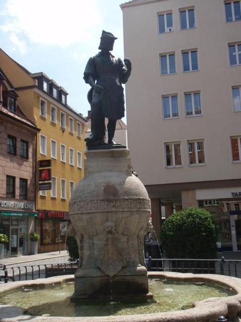 Der Peter-Henlein-Brunnen in Nürnberg auf dem Hefnersplatz