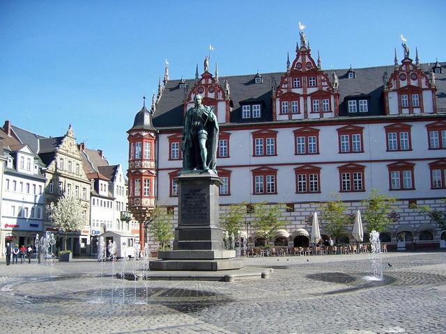 Der Marktplatz in Coburg mit dem Prinz Albert-Denkmal