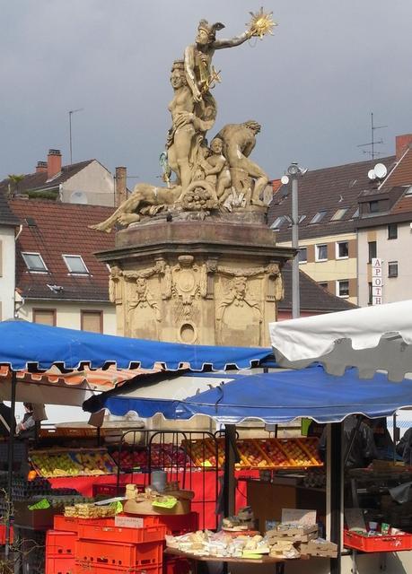 Brunnen inmitten des Wochenmarktes