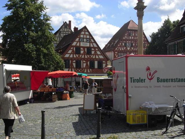 Wochenmarkt Ladenburg mit historischer Kulisse