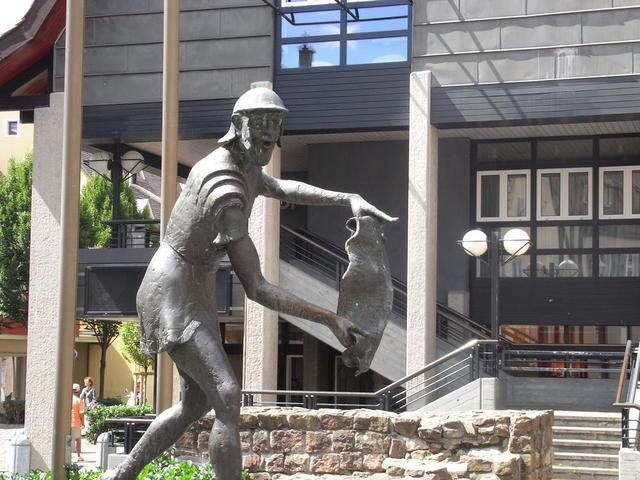 Figur vor dem Ladenburger Rathaus