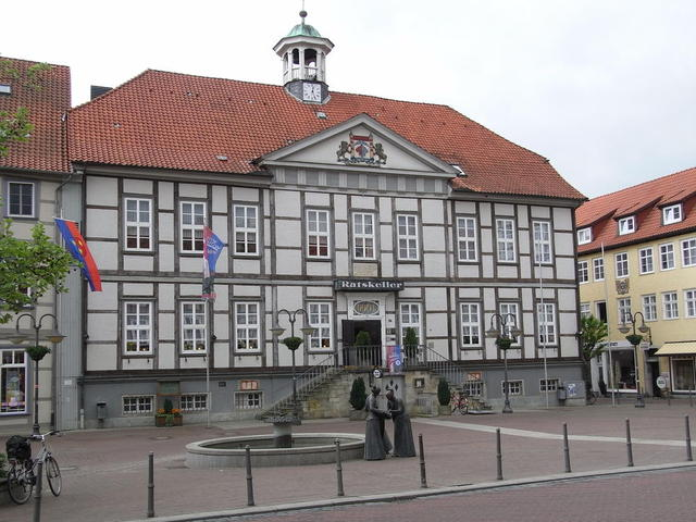 Marktplatz mit altem Rathaus und Marktbrunnen