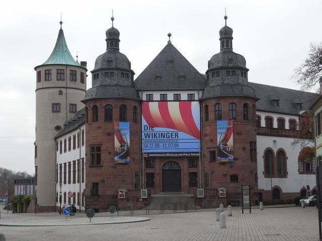 der Eingang zum Historischen Museum der Pfalz in Speyer