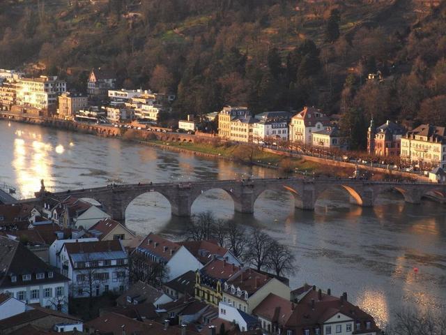 Heidelbergs Altstadt mit steinerner Brücke
