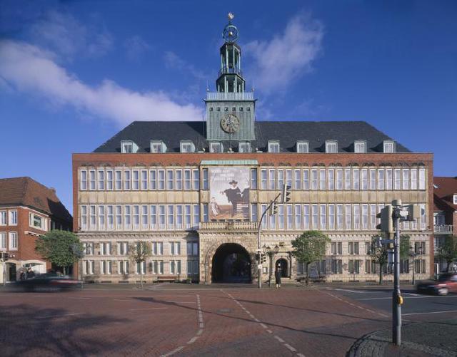 Die Fassade des Rathauses am Delft
