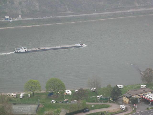 Blick von der Burg auf den Rhein mit Campingplatz
