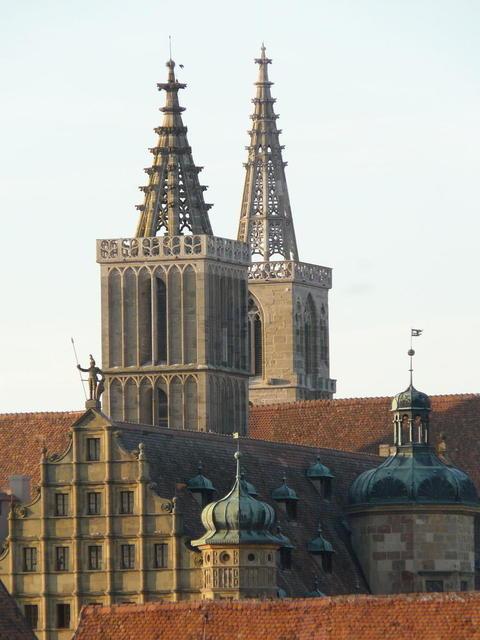 Die St. Jakobs-Kirche und das Rathaus in Rothenburg ob der Tauber