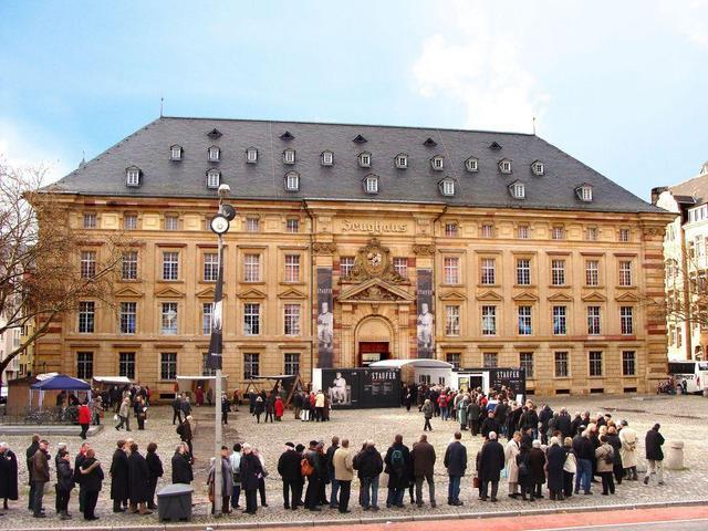 Besucherschlange vor dem Museum Zeughaus der Reiss-Engelhorn-Museen anlässlich der vielbeachteten Staufer-Ausstellung