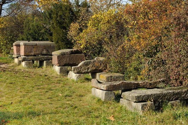 Sarkophage im römischen Friedhof