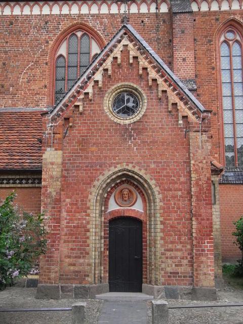 Ein Seitenportal am Dom in Güstrow