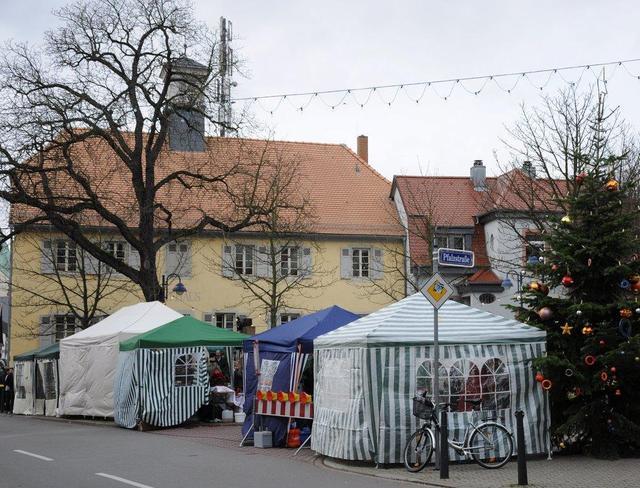 Vor dem Feudenheimer Rathaus