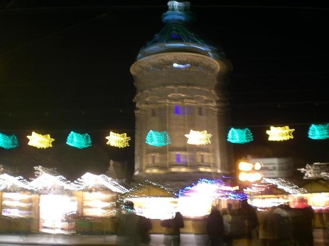 Ein Magnet im vorweihnachtlichen Mannheim: Der Weihnachtsmarkt am Wasserturm