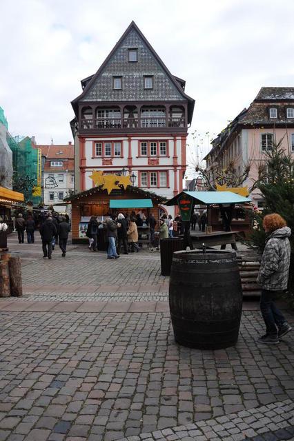 Der Weihnachtsmarkt in Neustadt an der Weinstraße hat eine besonders malerische Kulisse