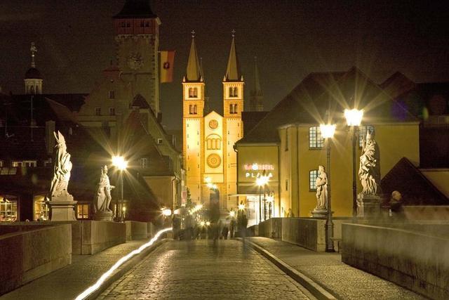 Würzburg mit dem Dom bei Nacht