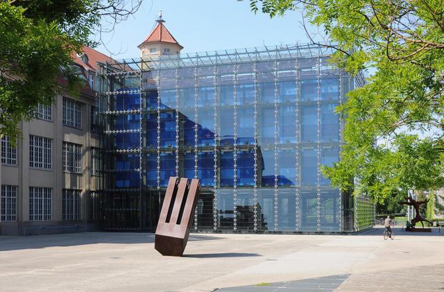 Der Glasvorbau des ZKM