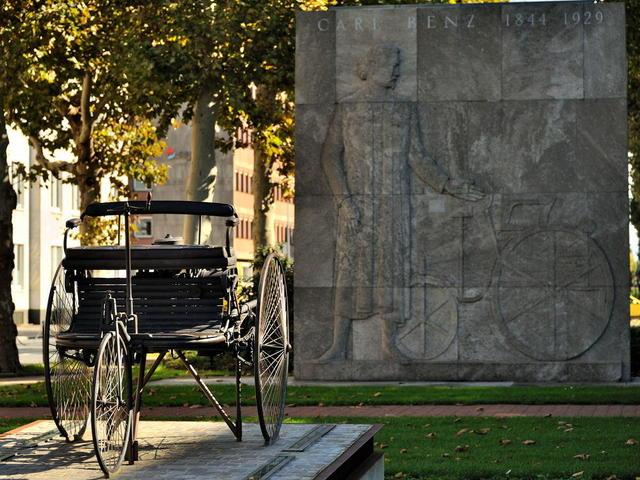 Carl Benz Denkmal mit Bronzeplastik