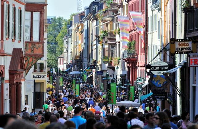 Heidelbergs Hauptstraße an einem sonnigen Oktober-Tag