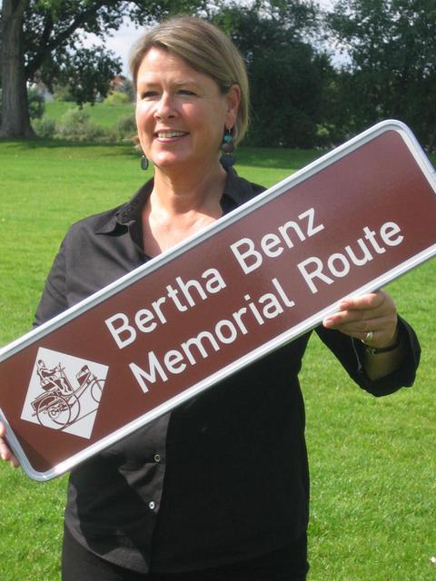 Frauke Meyer, eine der Initiatorinnen der Bertha-Benz-Memorial-Route mit dem Hinweisschild