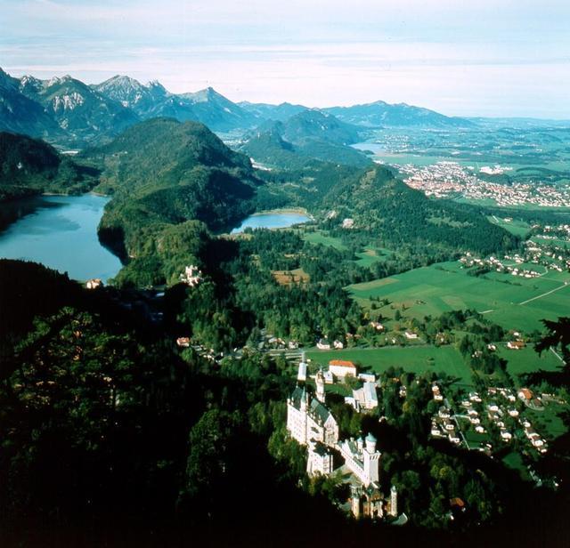 Das Schloss Neuschwanstein mit Alpsee und Schwansee